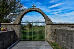 Vecchio portone dell'entrata del porta-cimitero del ferro fotografie stock
