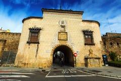 Vecchio portone della città a Plasencia Fotografie Stock Libere da Diritti