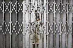 Vecchio portone della porta di piegatura del metallo Fotografia Stock Libera da Diritti