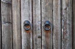 Vecchio portone di legno con le maniglie del ferro rotondo Fotografia Stock