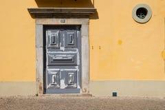 Vecchio portone di una casa gialla Fotografie Stock Libere da Diritti