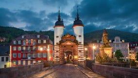 Vecchio portone illuminato del ponte a Heidelberg, Germania stock footage