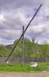 Vecchio pozzo d'acqua di legno rumeno Immagini Stock