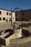 Vecchio pozzo d'acqua di pietra Fotografia Stock Libera da Diritti