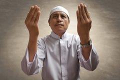 Vecchio pregare musulmano dell'uomo fotografie stock