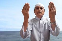 Vecchio pregare musulmano dell'uomo immagine stock