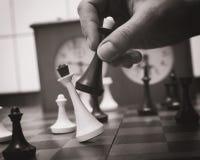 Vecchio primo piano dei pezzi degli scacchi Fotografia Stock