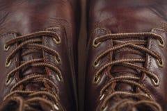 Vecchio primo piano del colpo dei laccetti e delle scarpe di cuoio Immagini Stock Libere da Diritti