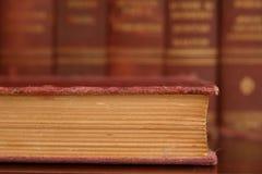 Vecchio primo piano del libro consumato immagini stock