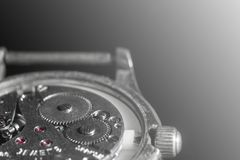 Vecchio primo piano del meccanismo dell'orologio, parte posteriore e fondo anteriore vaghi immagine stock