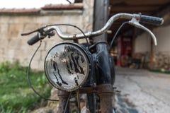 Vecchio primo piano del motociclo del faro Fotografia Stock