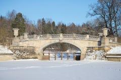 Vecchio primo piano del ponte di Viscontiev, giorno di febbraio Parco del palazzo di Pavlovsk, una vicinanza di San Pietroburgo Fotografie Stock