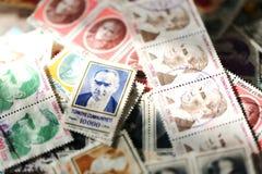 Vecchio primo piano della raccolta di bollo della posta immagini stock libere da diritti