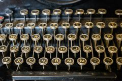 Vecchio primo piano della tastiera di macchina da scrivere fotografia stock libera da diritti