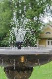 Vecchio primo piano di pietra della fontana con acqua della sgocciolatura Immagini Stock