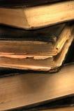 Vecchio primo piano grungy dei libri nella seppia DOF poco profondo Fotografia Stock