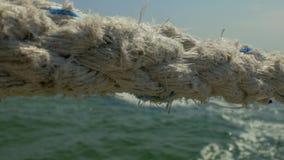 Vecchio primo piano marino della corda sui precedenti del mare e delle onde del mare 4K video 4K video d archivio