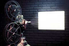 Vecchio proiettore di pellicola con illuminazione drammatica immagini stock