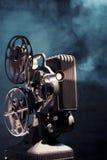 Vecchio proiettore di pellicola con illuminazione drammatica fotografia stock