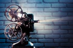 Vecchio proiettore di pellicola con illuminazione drammatica