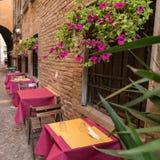 Vecchio pub in un vicolo minuscolo nel centro urbano di Ferrara fotografia stock