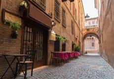 Vecchio pub in un vicolo minuscolo nel centro urbano di Ferrara fotografie stock libere da diritti
