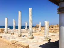 Vecchio quadrato romano della colonna del marbe in Cl archeologico del sito di Cesarea immagini stock