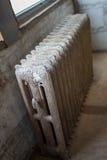 Vecchio radiatore nella costruzione del sottotetto Immagine Stock