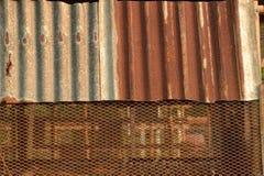 Vecchio recinto arrugginito dello strato dello zinco Fotografia Stock Libera da Diritti