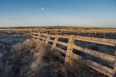 Vecchio recinto di legno al tramonto fotografia stock