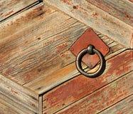 Vecchio recinto di legno con una presa del ferro Fotografia Stock Libera da Diritti
