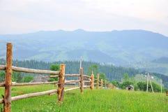 Vecchio recinto di legno sulla montagna fotografie stock