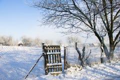 Vecchio recinto di legno vicino all'albero Fotografia Stock