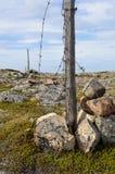Vecchio recinto distrutto del filo spinato Fotografie Stock Libere da Diritti