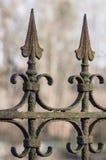 Vecchio recinto in ferro battuto arrugginito decorativo Fotografia Stock Libera da Diritti