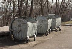 Vecchio recipiente dei rifiuti del contenitore di rifiuti dell'immondizia del metallo Immagini Stock