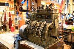 Vecchio registratore di cassa d'annata in museo olandese immagine stock