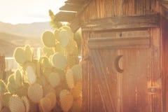 Vecchio retro fabbricato annesso di legno con il tramonto dietro fotografia stock libera da diritti