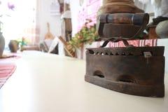 Vecchio retro ferro del metallo sulla tavola Immagini Stock Libere da Diritti