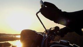Vecchio retro motociclo al tramonto Azione bella stock footage