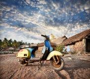 Vecchio retro motorino in India Fotografie Stock Libere da Diritti