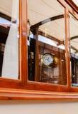 Vecchio retro orologio con i numeri romani dietro vetro Fotografie Stock Libere da Diritti