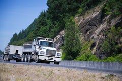 Vecchio retro piccolo truck_two dei semi che visita rimorchio Fotografie Stock