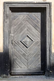 Vecchio retro portone d'annata in casa classica con i modelli forgiati di legno e del metallo Immagini Stock