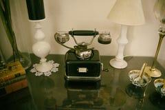 Vecchio retro telefono classico sulla tavola fotografia stock libera da diritti