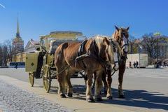 Vecchio retro trasporto davanti al Museo dell'Ermitage del palazzo di inverno sul quadrato del palazzo a St Petersburg, Russia Ve fotografie stock libere da diritti