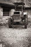 Vecchio retro trattore d'annata della campagna nella seppia posteriore e bianca dentro Immagini Stock
