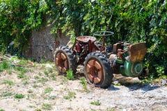 Vecchio retro trattore su terra Fotografie Stock