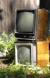 Vecchio retro tvset 80 s nella campagna in Russia immagine stock