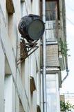 Vecchio riflettore arrugginito sporco sulla parete fotografia stock libera da diritti